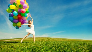 mujer con globos en campo